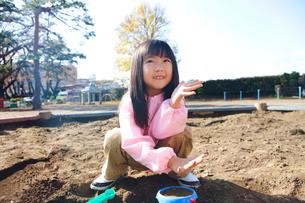 砂場で遊ぶ幼稚園女児の写真素材 [FYI02004026]