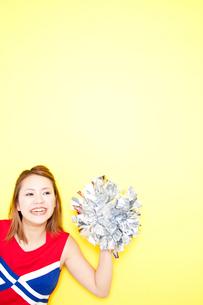 笑顔で応援するチアガールの写真素材 [FYI02004058]