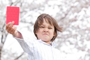 レッドカードを持つ男の子の写真素材 [FYI02004088]