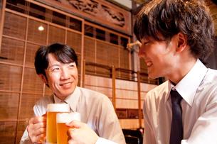ビールで乾杯するビジネスマンの写真素材 [FYI02004120]
