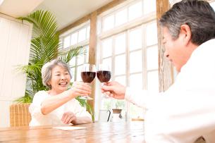 ワインで乾杯するシニアカップルの写真素材 [FYI02004123]