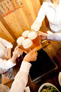ビールで乾杯する女性達の写真素材 [FYI02004136]