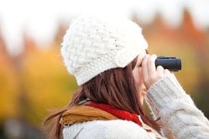 望遠鏡で遠くを眺める女性の写真素材 [FYI02004141]