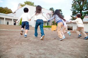 園庭を走る保育園児の後姿の写真素材 [FYI02004143]