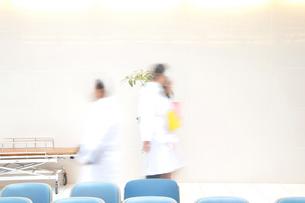 院内を歩く医者の写真素材 [FYI02004152]