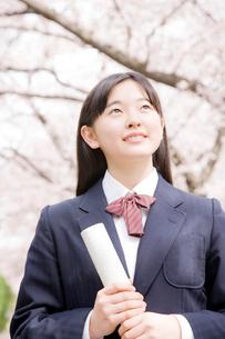 卒業証書を持つ女子中学生の写真素材 [FYI02004234]