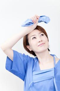 汗を拭う女医の写真素材 [FYI02004245]