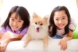ポメラニアンと笑顔の女の子2人の写真素材 [FYI02004272]