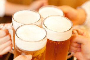 ビールで乾杯する女性達の手元の写真素材 [FYI02004283]