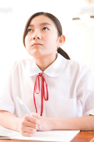 授業を受ける女子中学生の写真素材 [FYI02004287]