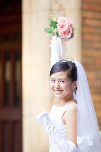 手を上げて喜ぶ新婦の写真素材 [FYI02004306]