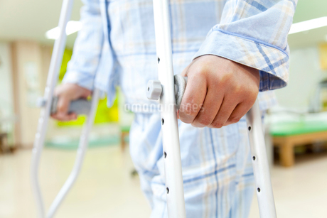 リハビリをする患者の写真素材 [FYI02004309]