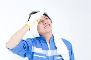 汗を拭く引越し業者の写真素材 [FYI02004323]