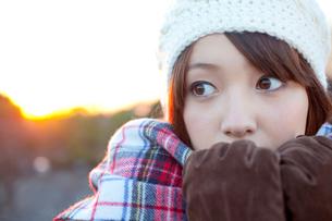 マフラーを口元まで寄せる女性の写真素材 [FYI02004353]