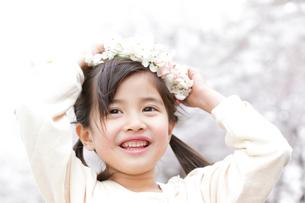 花の冠をつける笑顔の女の子の写真素材 [FYI02004374]