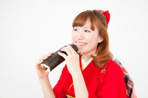 恵方巻を食べる振袖姿の女性の写真素材 [FYI02004403]
