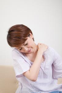 肩こりに苦しむミドル女性の写真素材 [FYI02004491]