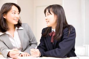 生徒に教える塾講師の写真素材 [FYI02004518]
