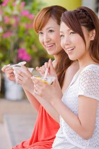 パフェを食べる女性2人の写真素材 [FYI02004520]