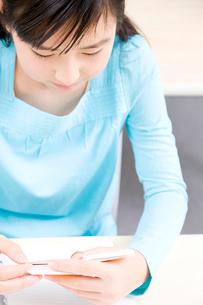 勉強中の女子中学生の写真素材 [FYI02004542]