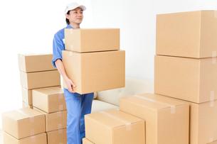 荷物を運ぶ引越し業者の写真素材 [FYI02004544]