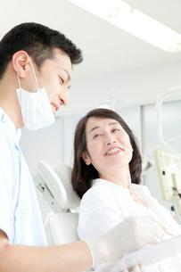 カウンセリングをする歯科医と患者の写真素材 [FYI02004647]