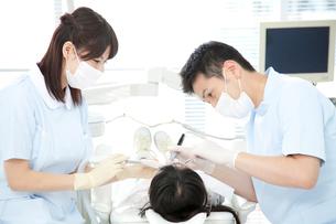 治療する歯科医の写真素材 [FYI02004655]