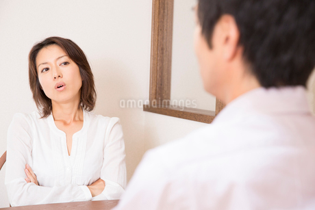 喧嘩するミドルカップルの写真素材 [FYI02004995]
