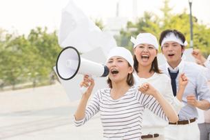 デモ行進をする人々の写真素材 [FYI02004996]