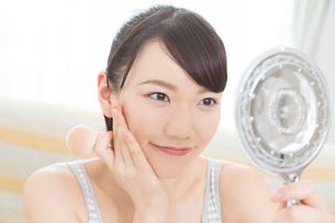 鏡を見る女性の写真素材 [FYI02005260]