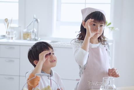 お菓子作りをする姉弟の写真素材 [FYI02005288]