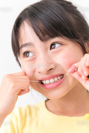 デンタルフロスを使う女の子の写真素材 [FYI02005364]