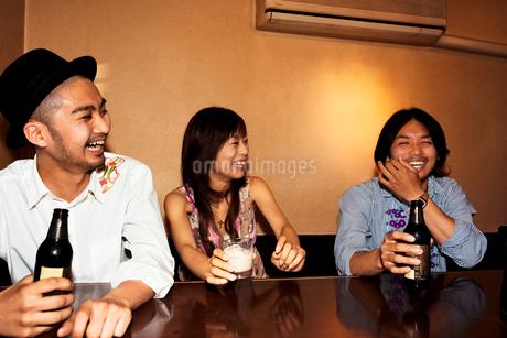 笑顔でお酒を飲む日本人男性と女性の写真素材 [FYI02005381]