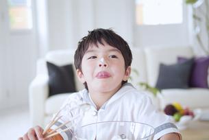 クリームを舐める男の子の写真素材 [FYI02005456]