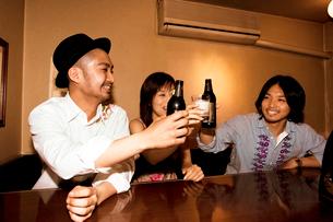 乾杯をする日本人男性と女性の写真素材 [FYI02005535]