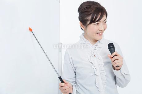 ボードを指して喋るビジネスウーマンの写真素材 [FYI02005598]