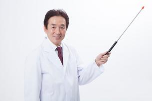 指示棒で説明するベテラン医師の写真素材 [FYI02005627]