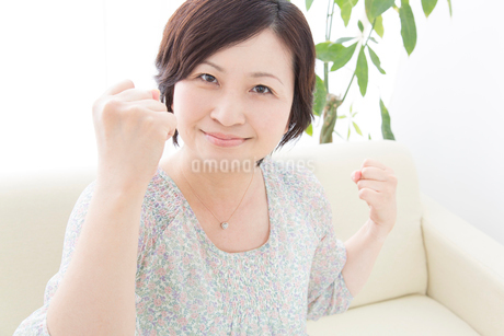 ガッツポーズをするミドル女性の写真素材 [FYI02005628]