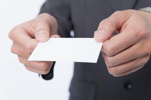 名刺を差し出すビジネスマンの写真素材 [FYI02005660]