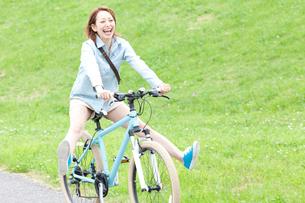 自転車に乗る女性の写真素材 [FYI02005672]