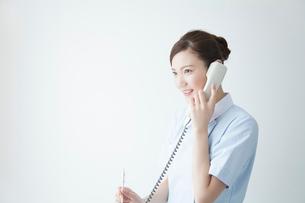 電話する看護師の写真素材 [FYI02005704]