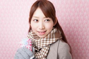 バレンタインチョコを持って微笑む女性の写真素材 [FYI02005734]