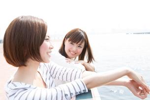海辺で話をする女性達の写真素材 [FYI02005789]