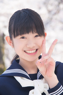 Vサインをする女子中学生の写真素材 [FYI02005796]