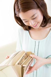 財布の中身を確認する女性の写真素材 [FYI02005811]