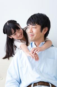 父に抱きつく娘の写真素材 [FYI02005825]