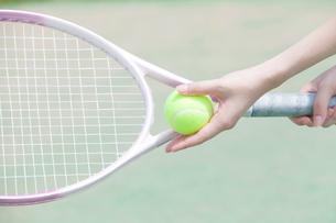テニスをする女性の手元の写真素材 [FYI02005852]