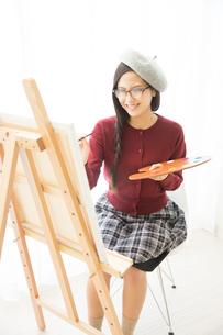 絵を描く女性の写真素材 [FYI02005906]