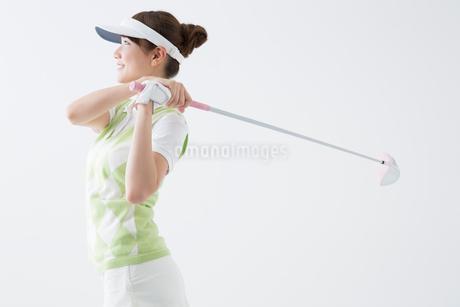 ゴルフをする女性の写真素材 [FYI02005924]