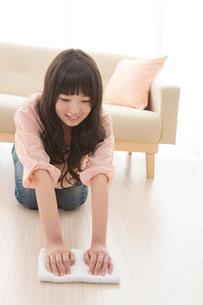 部屋掃除をする女性の写真素材 [FYI02005975]